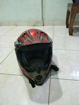 Helm trail merah