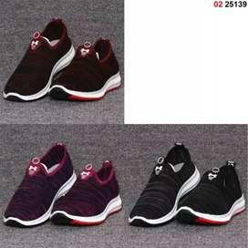 Sepatu import olahraga