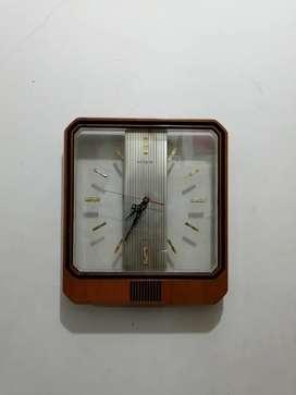 Jam dinding Hitachi transparan