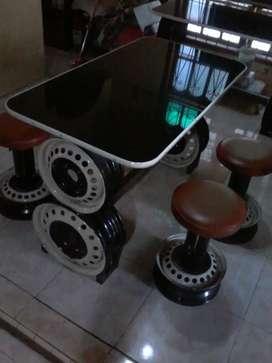 1 meja dan 4 kursi bangku
