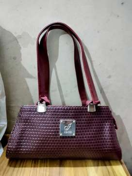 IDUS leather handbag Marron colour.