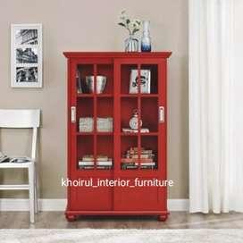 Almari rak buku rak aksesoris finishing warna merah maroon.