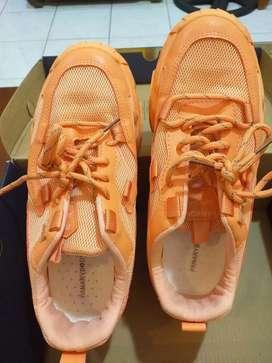 Sepatu olah raga bekas
