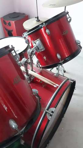 Drums DB for sale, urgent sale, not used RED colour