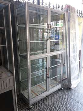 lemari etalase kaca 2 pintu baru lantai keramik siap antar