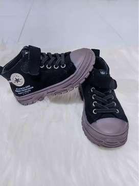 Sepatu semiboot anak laki