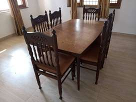 To sell dinning table with chairs
