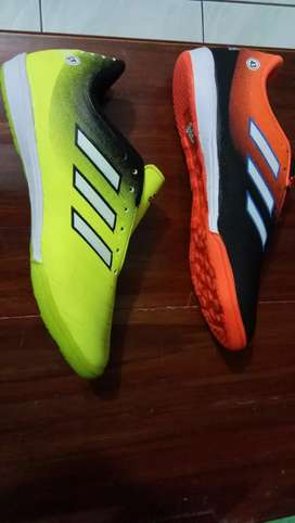 Sepatu futsal dan sepatu bola