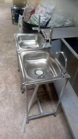 wastafel dengan kran dan tempat sabun
