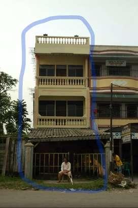 Di jual rumah berbentuk ruko dengan bangunan 3 lantai