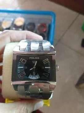 Jam tangan pria dgn bentuk persegi