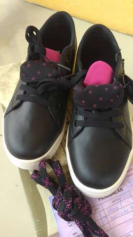 Sepatu Merek Tomkins