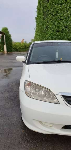 Honda civic 2004 white with 10 of 10 condition.