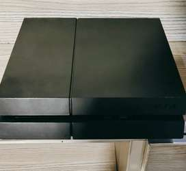 PS4 fat 500 gb with 2 controller 2 games