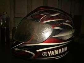 Helm Yamaha asli dan Helm Lainnya