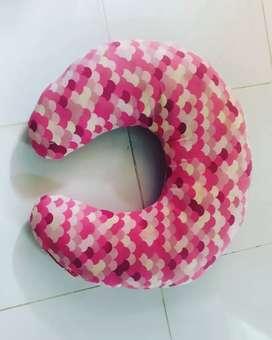 Bantal menyusui pink