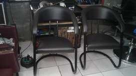 dua kursi salon dan satu kursi anak