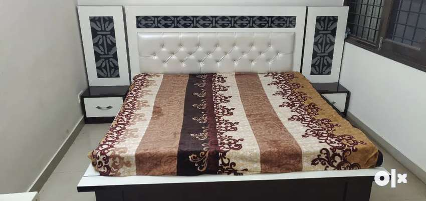 Bed with side tables 0