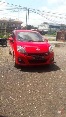 Mobil ayla warna merah