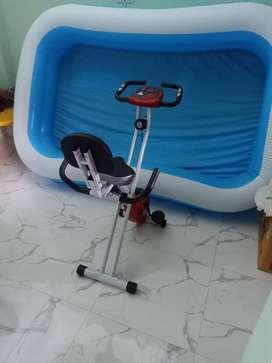 Sepeda statis dan kolam renang anak