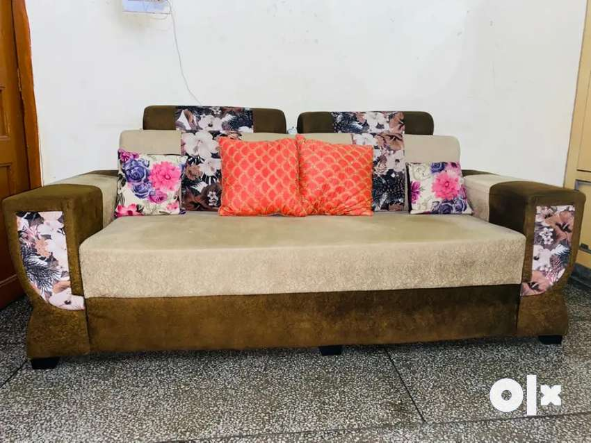 5 seat set sofa with movebal table. brand new condition