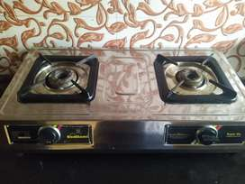 Twin burner gas stove with connecting pipe