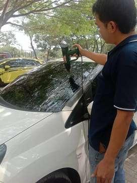 Bengkel melayani pemasangan kaca film mobil