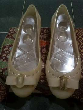 sepatu jeli atau karet wanita