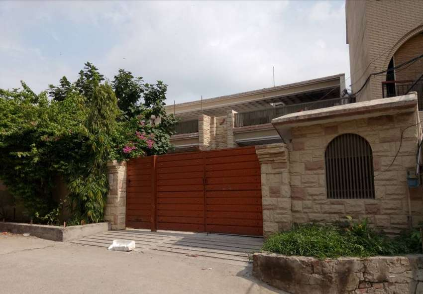 26 MARLA SEMI COMMERCIAL HOUSE 6 BEDS BACK OF MAIN 0
