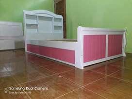 Tempat tidur dengan laci putih pink