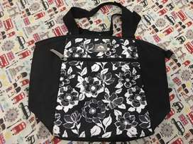 Tas bekal utk bawa makanan merk igloo warna hitam motif bunga bagus