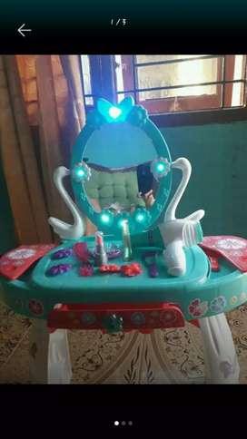 Meja rias anak cocok buat yg mw buka usaha,kondisi 90%