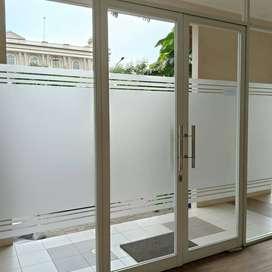 pusatnya pasang sticker kaca film jendela pintu lobby kamar mandi dll